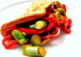 Omleta s šparglji in rdečo papriko